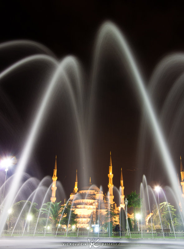 The blue mosque in Istanbul, shot at a wide angle, from almost at the edge of a fountain. Canon 40D, EF-S Canon 10–22 mm f/3.5–4.5 USM, 10 s, F8.0, ISO 100, focus 20 mm. Photo: Vít Kovalčík