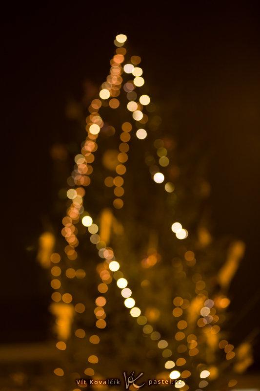 An outdoor Christmas tree, from a distance. Canon EOS 5D Mark II, EF Canon EF 70–200 mm f/2.8L II IS USM, 1/13 s, f/2.8, ISO 800, focus 125 mm. Photo: Vít Kovalčík